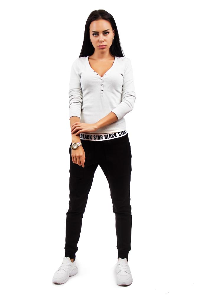Брюки женские BLACKСтильные женские брюки черного цвета с контрастным поясом на резинке и надписью Black Star отлично сочетаются со спортивным и повседневным стилем. Модель с заниженной талией и зауженным низом подчеркнет все прелести женской фигуры. Изделие выполнено из натурального хлопка с добавлением практичного неопрена, за счет чего отличается износостойкостью. Дизайн дополнен карманами, декоративными швами по переду и сзади.<br><br>Размер: L<br>Цвет: Черный<br>Пол: Женский