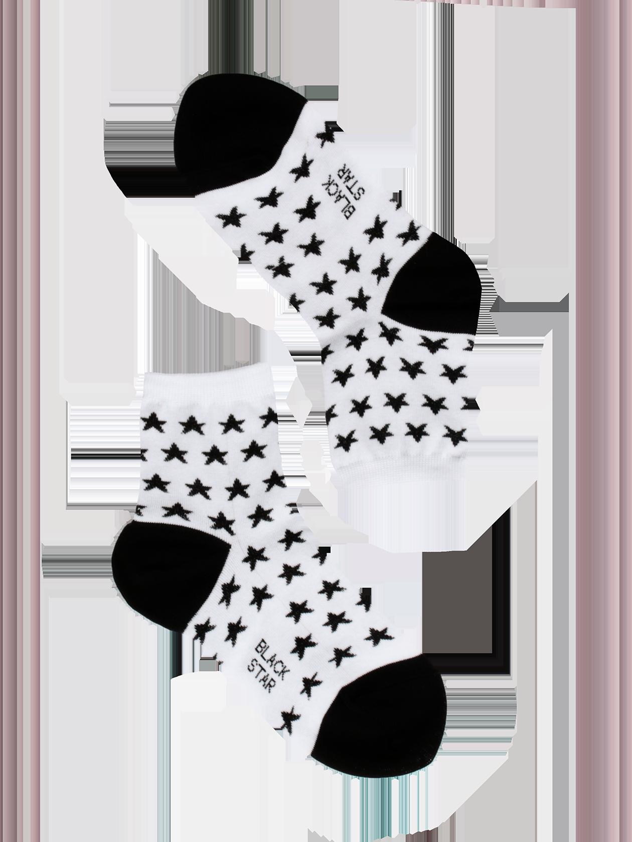 Носки детские SUPER STARНоски детские Super Star – обязательная вещь в каждом шкафу. Современная фабричная вязка, натуральный высококачественный материал обеспечивают комфорт и удобство во время активных движений. Модель представлена в двух цветовых вариантах – с черным задником, пяткой, звездами и белой стопой или белыми деталями на розовом фоне. Основание голенища дополнено фиксирующей резинкой. Носки детские из коллекции Black Star Wear отлично подходят для повседневной носки, выдерживают частые стирки.<br><br>Размер: 7-9 years<br>Цвет: Белый<br>Пол: Унисекс