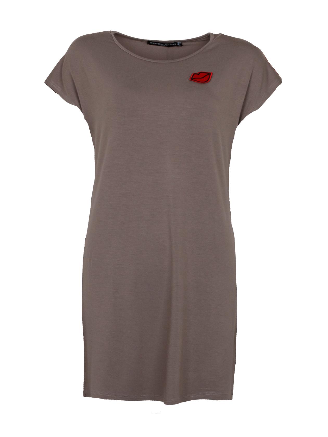 Туника женская MON AMOURУтонченная женская туникаMON AMOUR из новой коллекции Black Star Wear. Модель свободного прямого кроя с округлой эластичной горловиной и заниженной линией плеча, которая создает свободный короткий рукав. Не броский, но в тоже время очень стильный дизайн дополняет небольшая нашивка на груди в виде ярких красных губ. Внутри фирменная нашивка с логотипом Black Star Wear. Изделие выполнено из высококачественного 100% хлопка, что обеспечит при носке неповторимый комфорт. Модель представлена в двух цветах: классическом белом и хаки.<br><br>Размер: M<br>Цвет: Хаки<br>Пол: Женский