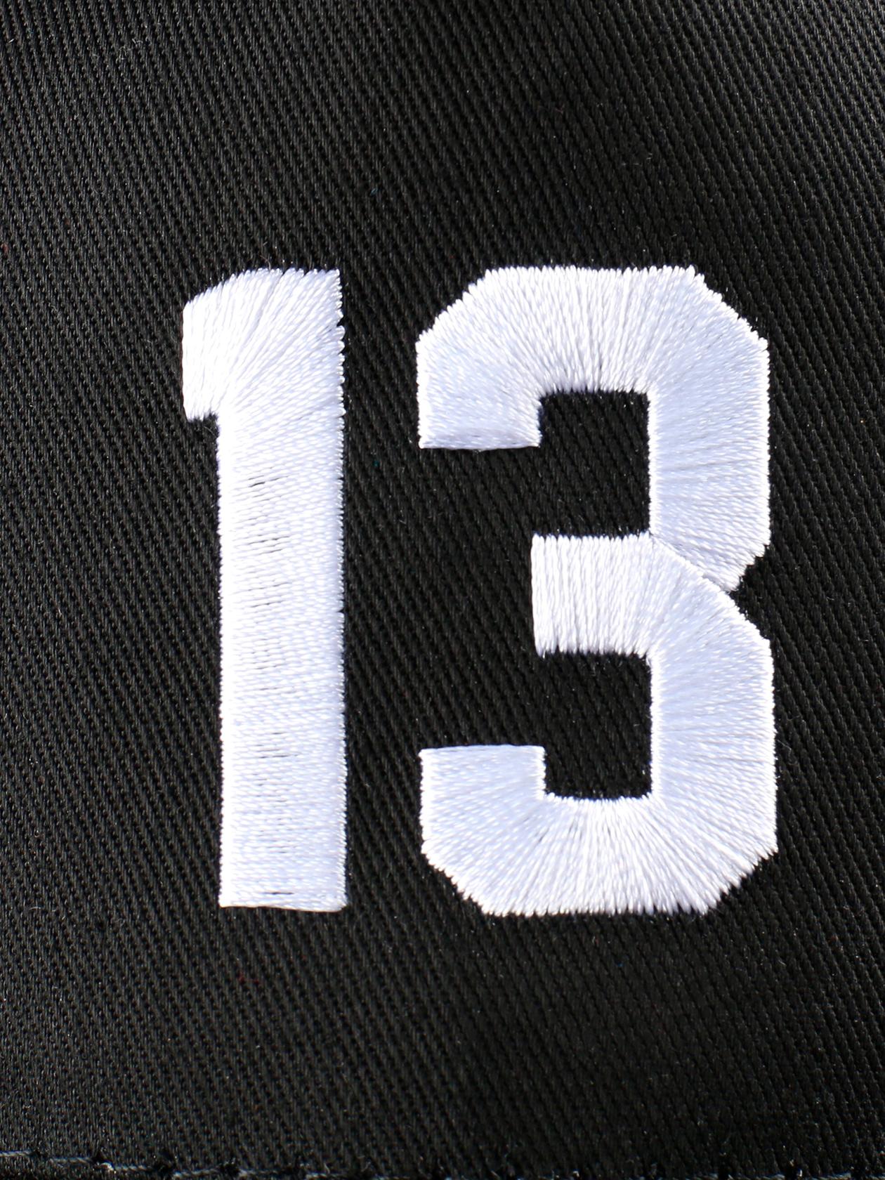 Кепка унисекс 13 SPORTКепка унисекс 13 Sport от Black Star Wear гармонично впишется в любой образ спортивного и повседневного стиля. Аксессуар обладает классическим широким козырьком, сзади ремешок, регулирующий размер изделия. Задняя часть выполнена из перфорированного материала, перед оформлен плотной тканью. Кепка представлена в базовом черном цвете, спереди принт с вышитой цифрой 13. Отличный вариант для спорта и отдыха.<br><br>Размер: Единый размер<br>Цвет: Черный<br>Пол: Унисекс