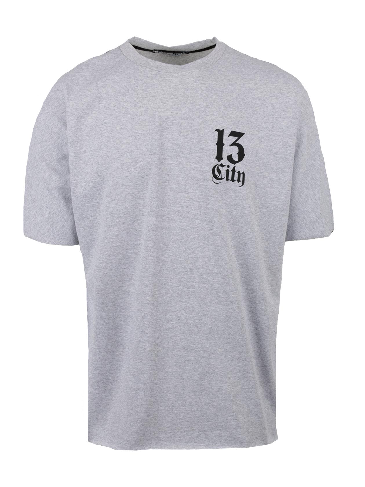 Футболка мужская CITY 13Стильная футболка мужская City 13 станет незаменимой вещью в повседневном гардеробе. Модель классического прямого свободного силуэта, низ слегка удлинен. Цельнокроеный широкий рукав, округлая эластичная горловина. Внутри по вороту спинки оформлен жаккардовый лейбл Black Star Wear. Изделие сшито из 100% хлопка премиального качества, за счет которого создается максимальный комфорт при движении. Футболка представлена в черном цвете, на спине контрастная белая надпись Black Star, на груди небольшая надпись City 13.<br><br>Размер: XS<br>Цвет: Серый<br>Пол: Мужской