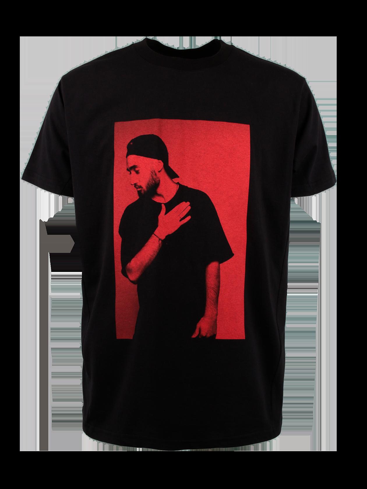Футболка унисекс MOT STELET REDФутболка унисекс Mot Stelet Red из нового мерча Мота – стильная вещь для создания уникального стиля. Модель лаконичного дизайна выполнена в черном цвете. Удлиненный свободный силуэт дополнен широким коротким рукавом. Неглубокая горловина с эластичной окантовкой содержит жаккардовую нашивку с лейблом бренда Black Star Wear. Эффектная фишка изделия – принт с фотографией популярного артиста на красном фоне и небольшая надпись Mot Crocus City Hall 2017 на спине. &amp;nbsp;<br><br>Размер: L<br>Цвет: Черный<br>Пол: Унисекс