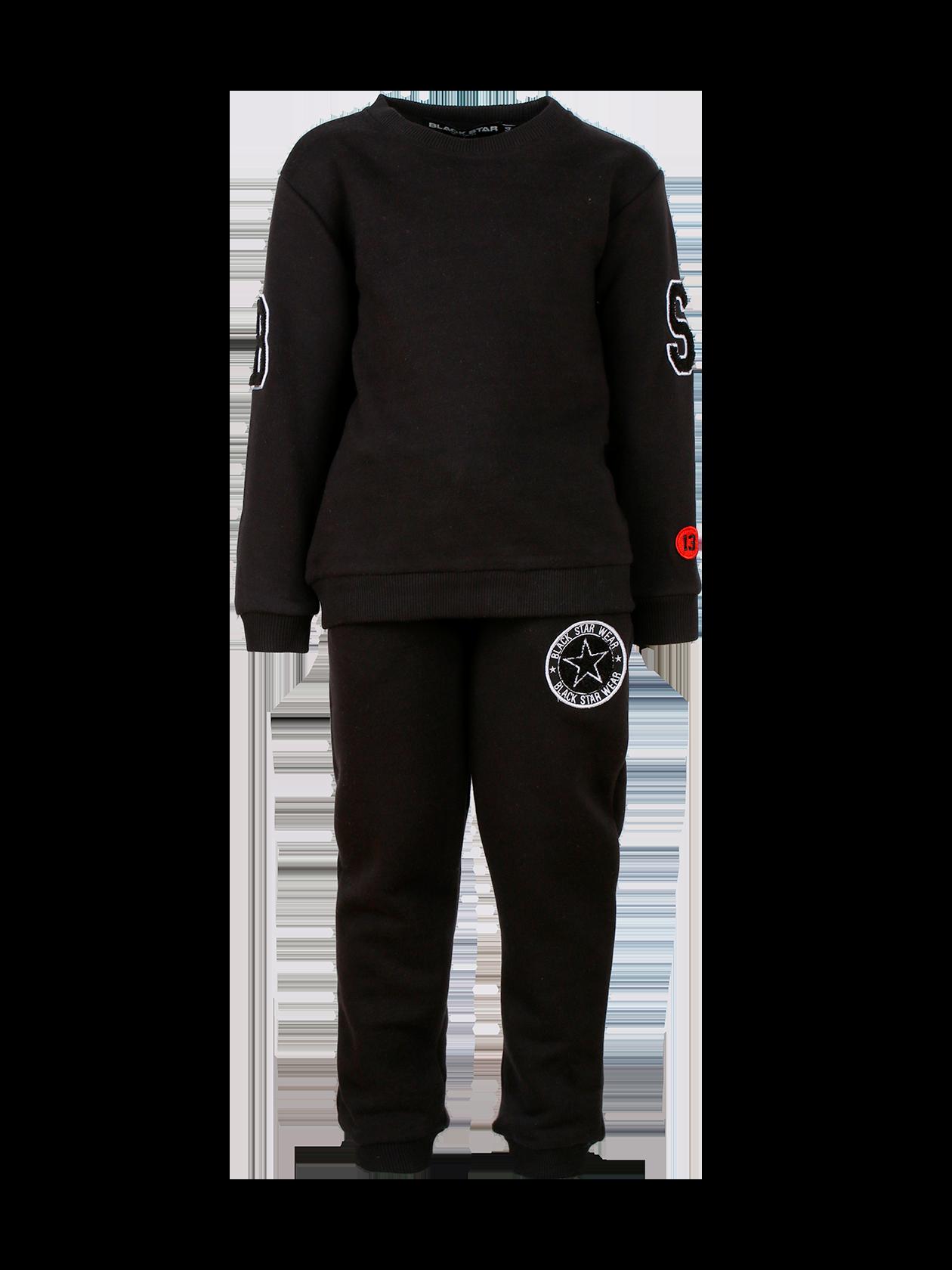 Костюм спортивный детский TAFT KIDSКостюм спортивный детский Taft Kids – практичная и удобная вещь в гардеробе активных детей. Лаконичный дизайн, прямой свободный крой создаст максимальный комфорт в процессе носки. Свитшот удлиненного силуэта с буквенными нашивками BS и цифрой 13 в красном круге на рукавах. Эластичная горловина оптимальной глубины с жаккардовым лейблом внутри. Брюки заужены к низу, обладают небольшим припуском и внутренними боковыми карманами. На левой штанине круглая нашивка с символикой и надписями Black Star Wear. Комплект представлен в базовом черном цвете, сшит из мягкого и износостойкого футера.<br><br>Размер: 1-2 years<br>Цвет: Черный<br>Пол: Унисекс