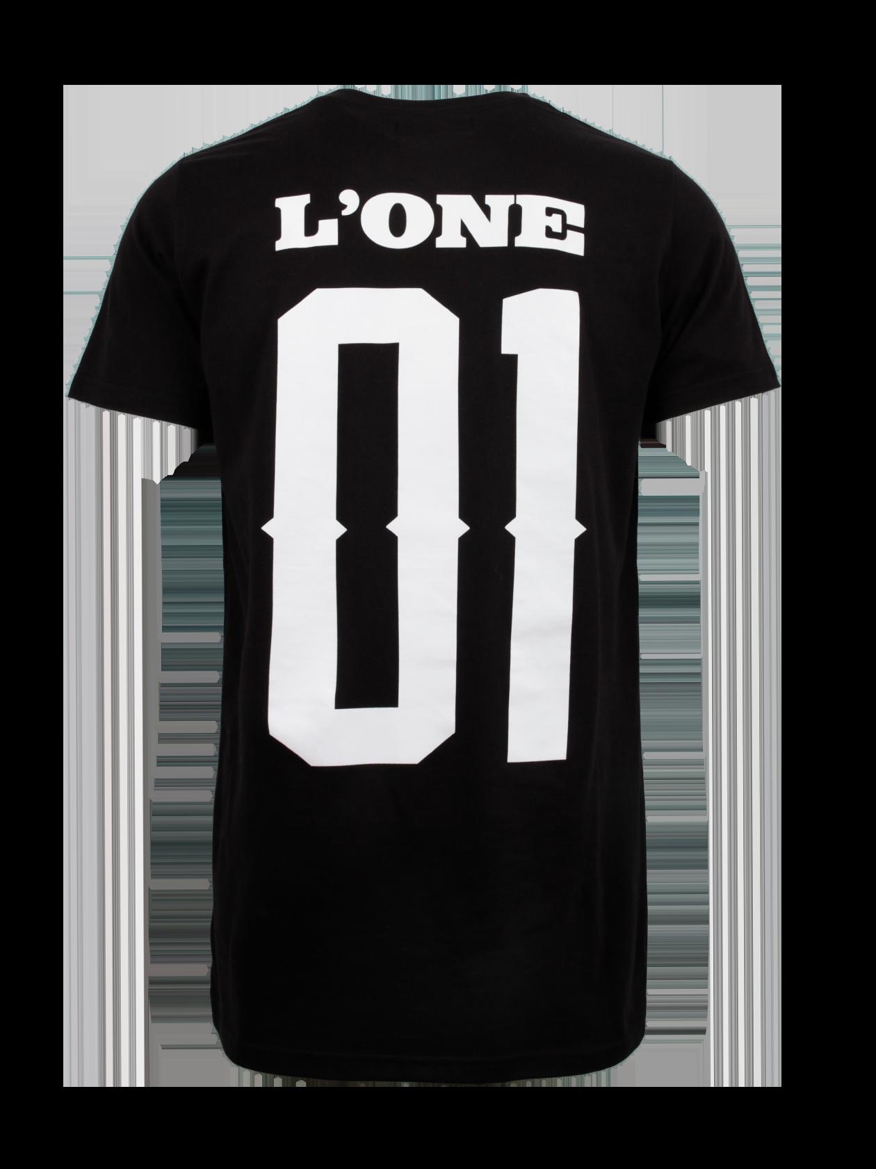 Футболка унисекс L01Черная футболка унисекс L01 из мерча L`one Гравитация дополнит повседневный и спортивный стиль. Модель обладает прямым полусвободным фасоном, силуэт удлинен. На спине крупная надпись «L`one 01». Узкая округлая горловина с эластичной обработкой, внутри по краю оформлена фирменная нашивка с логотипом бренда Black Star Wear. Футболка сшита из высококачественного натурального хлопка, за счет чего обеспечивается практичность вещи.<br><br>Размер: M<br>Цвет: Черный<br>Пол: Мужской